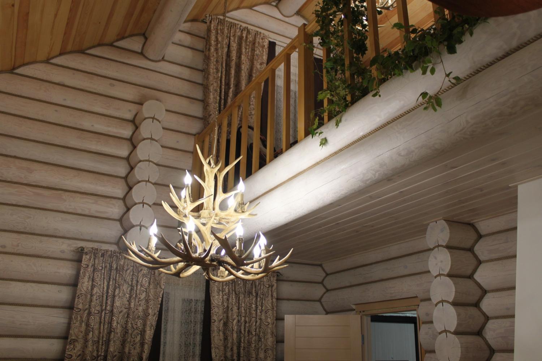 Декоративный канат в интерьере деревянного дома фото