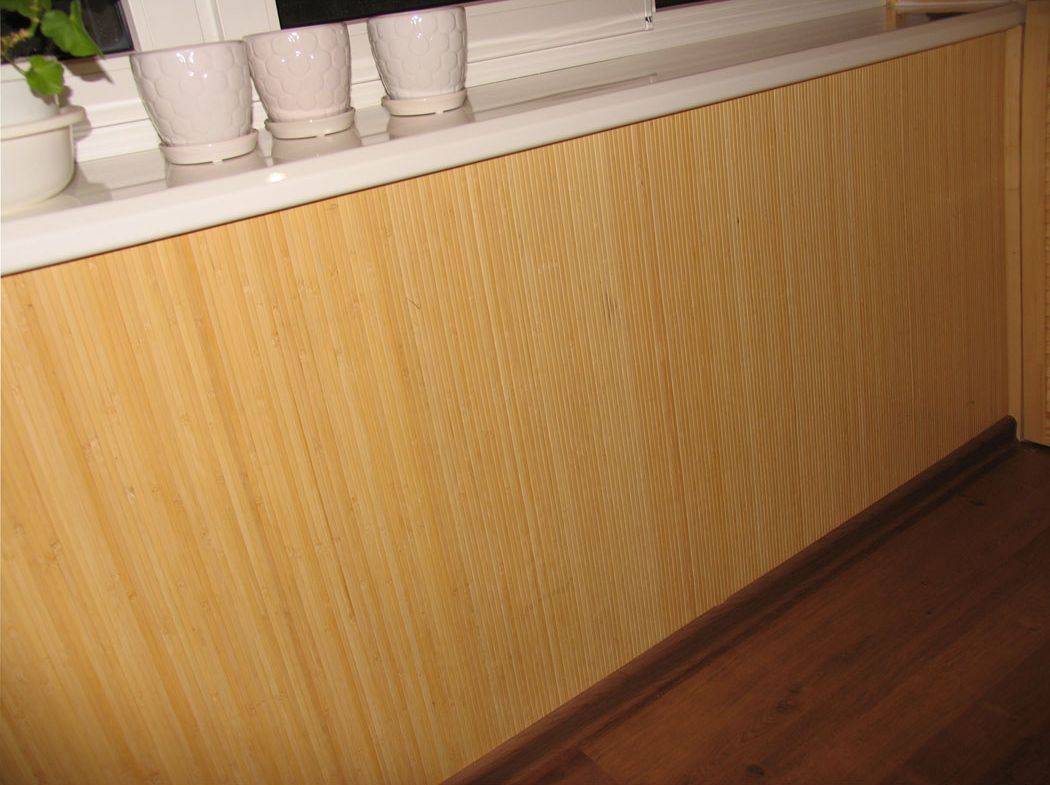 Бамбук на стенах лоджии.